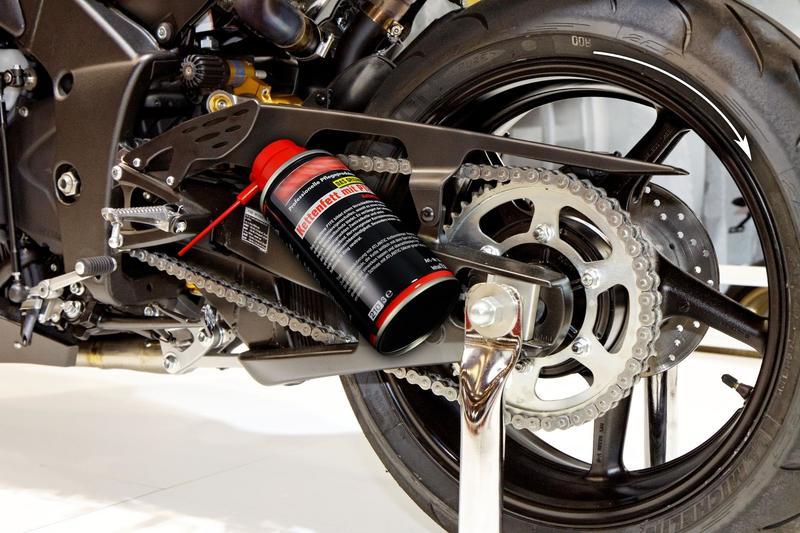 In questa immagine è illustrato il corretto posizionamento della bomboletta per pulire la catena della moto