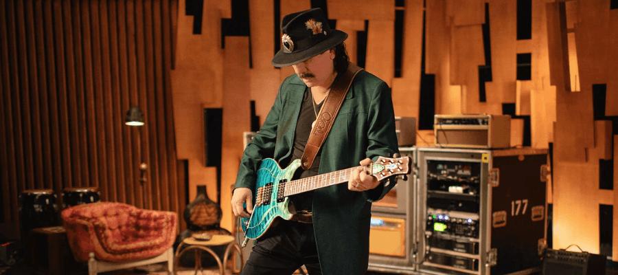 Carlos Santana che suona la chitarra durante una lezione del corso di MasterClass