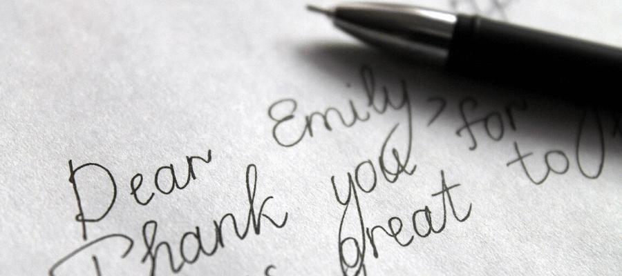 L'inizio di una lettera formale in inglese scritta a mano