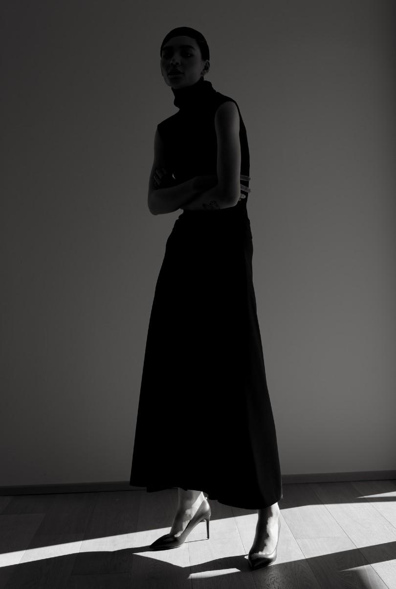 Un abbinamento nei vestiti da donne molto diffuso è il nero con dei colori come il rosso o il fucsia, come la modella nella foto che indossa un vestito nero e delle scarpe rosse